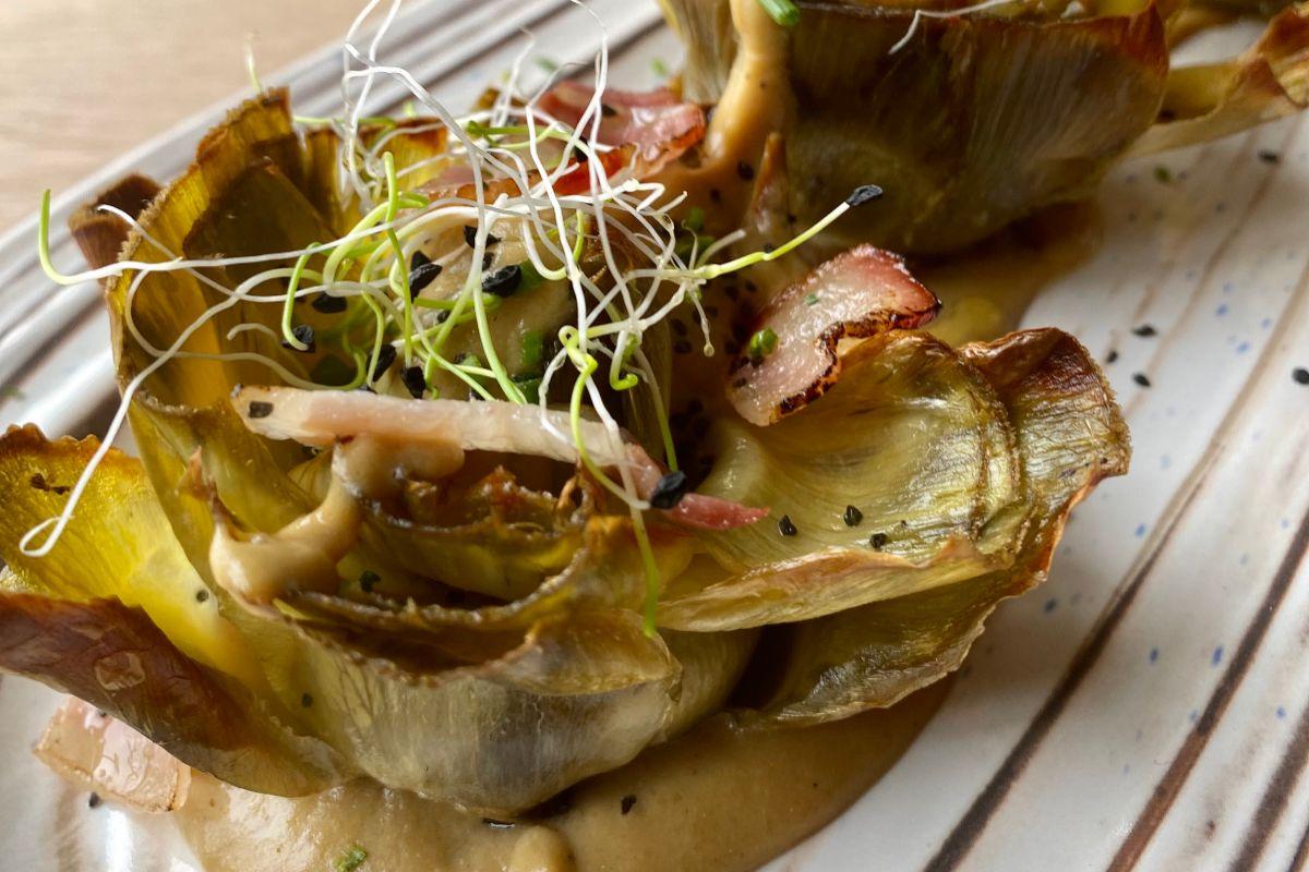 Alcachofas de Tudela confitadas con velo de panceta.