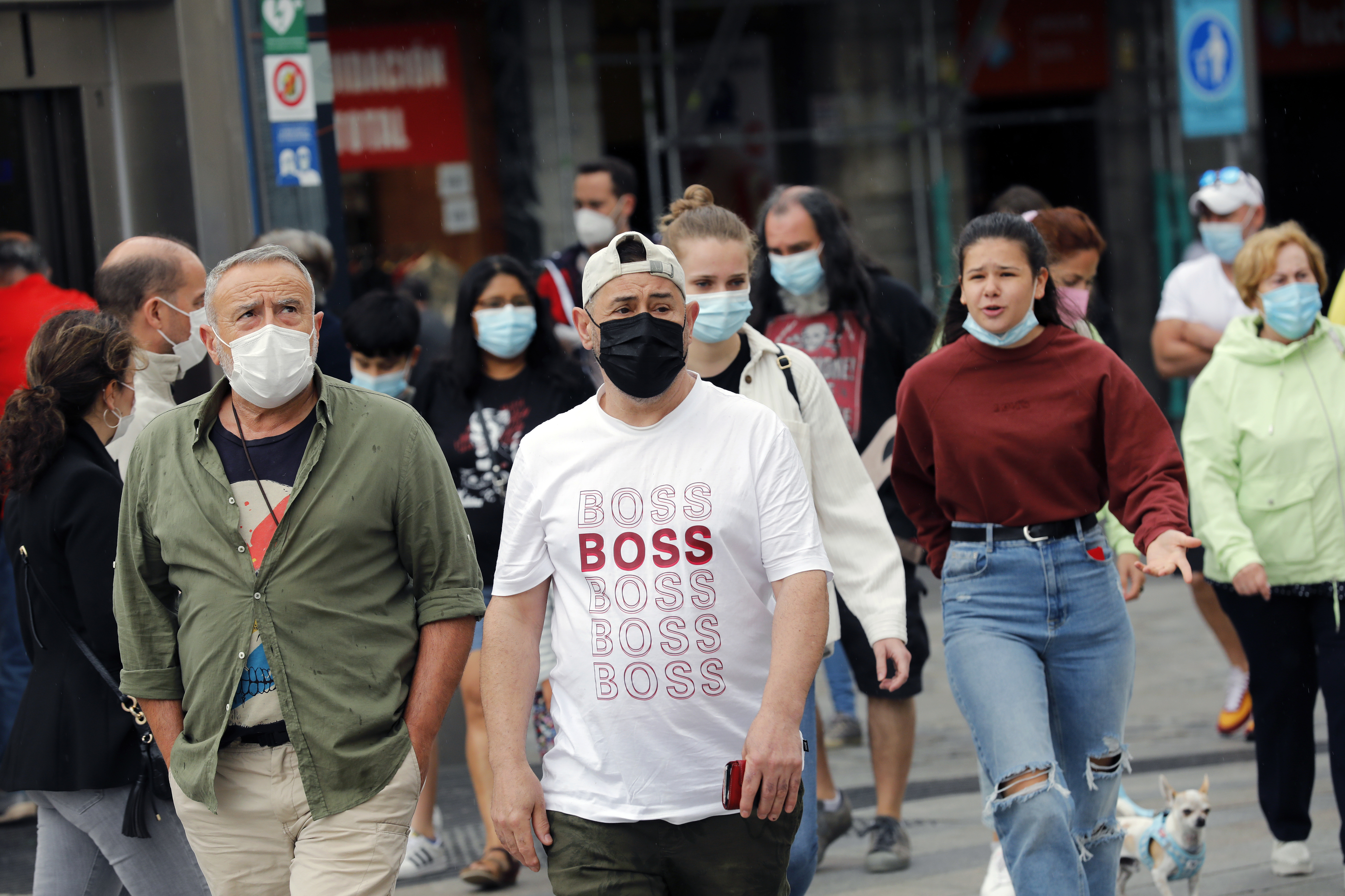 Gente con mascarilas en  Madrid una semana antes de que deje de ser obligatoria en exteriores.