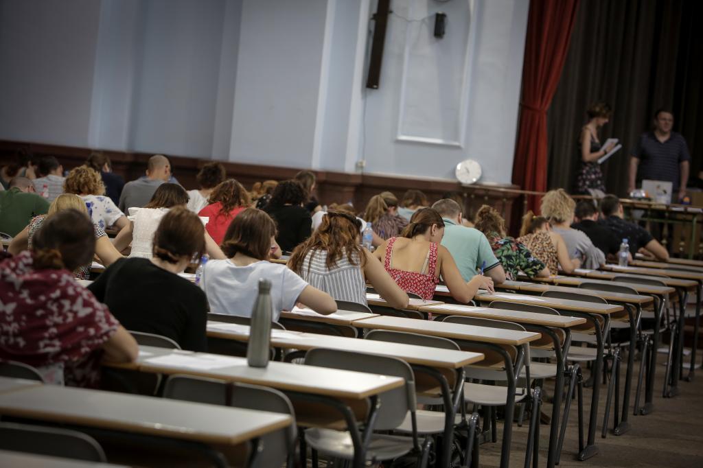 Opositores durante la realización de un examen.