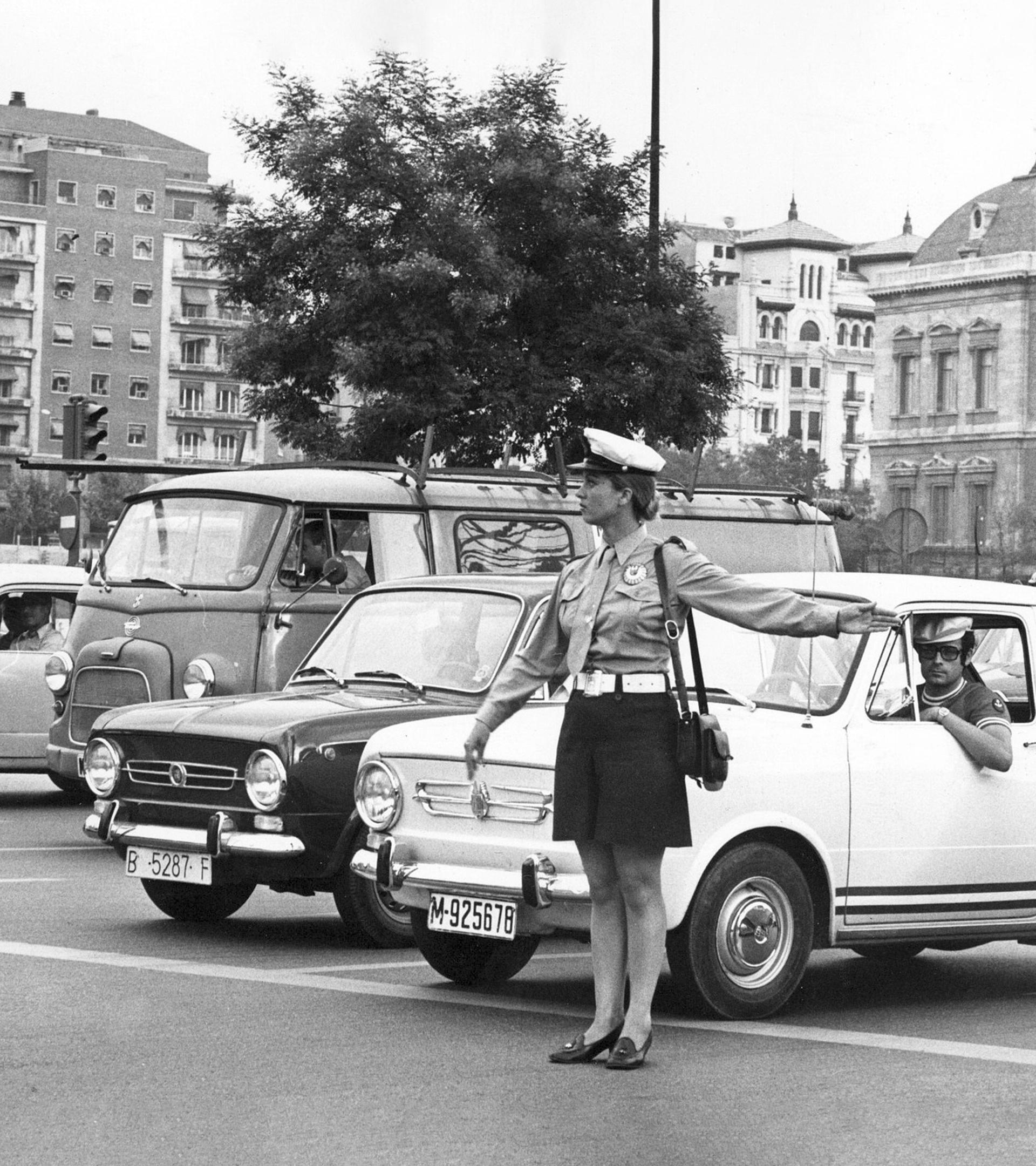 Una policía municipal controla el tráfico en la plaza de Colón en 1974.