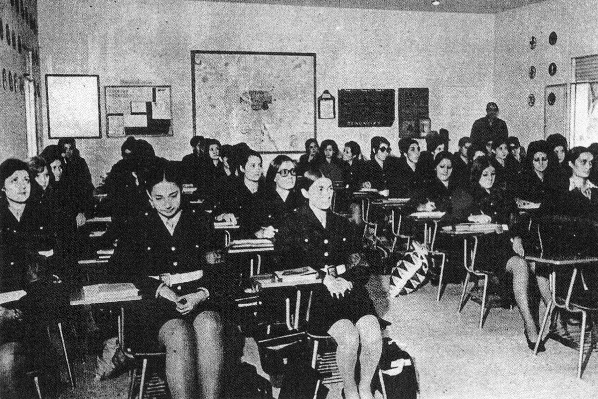 La primera promoción de mujeres policías municipales, en 1971 en la Academia de Policía.