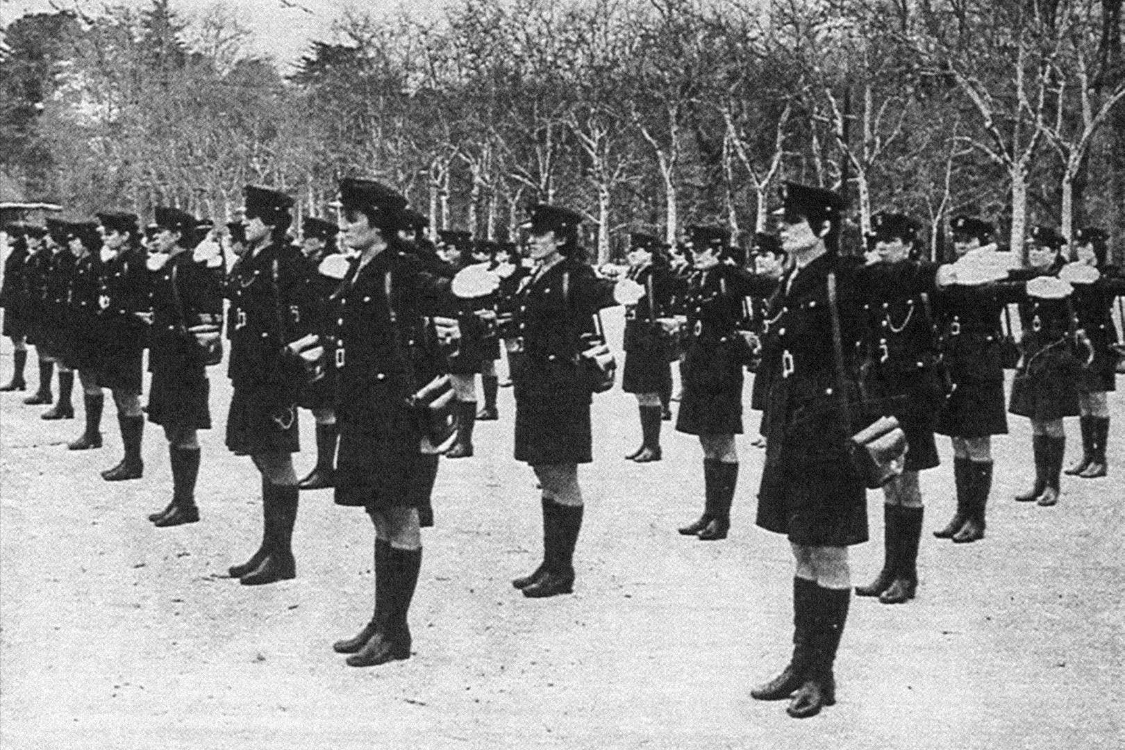 La primera promoción de mujeres, en 1972, en el paseo de Coches del Retiro.