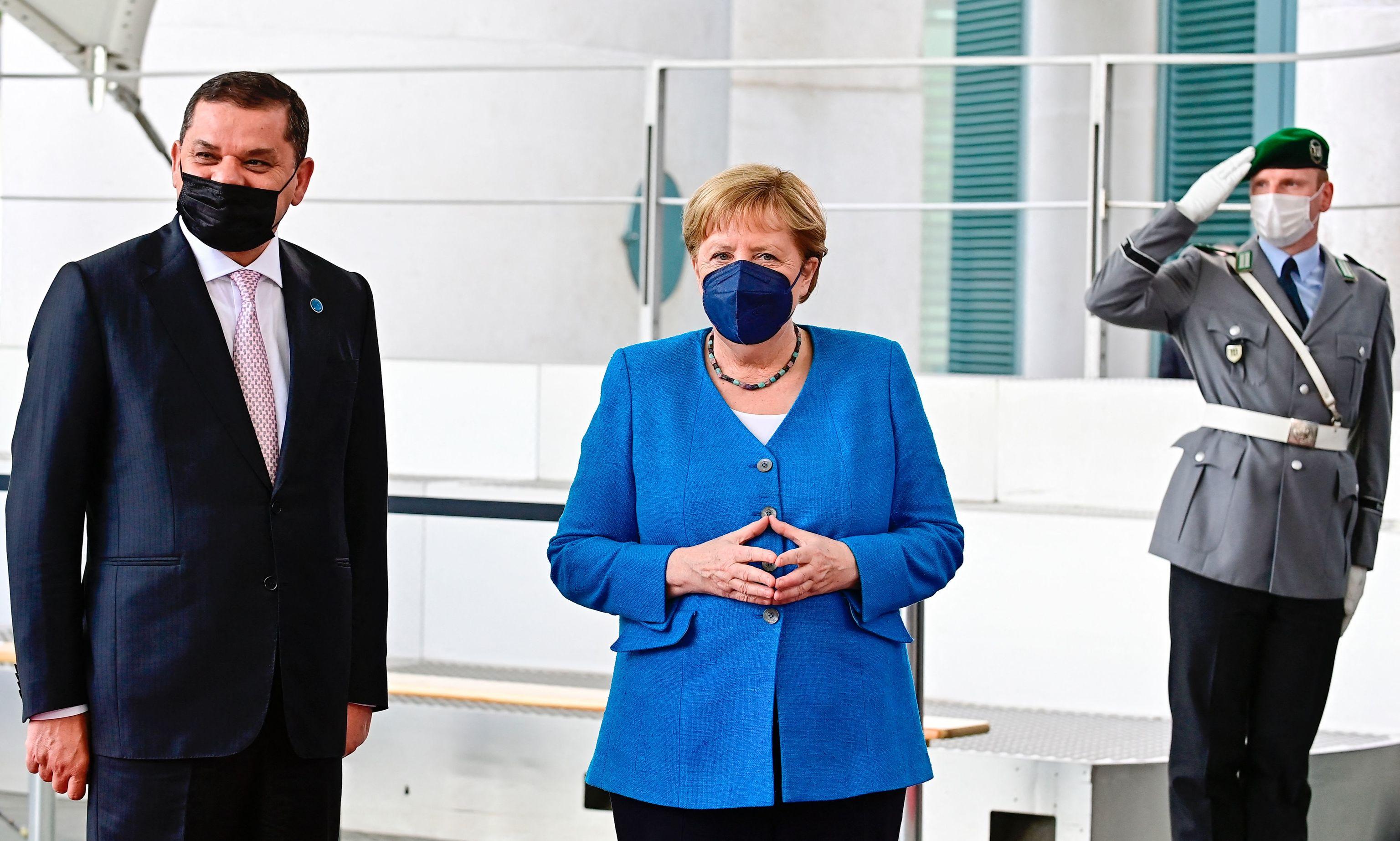 La canciller, Angela Merkel, con el primer ministro libio, Abdul Hamid Dbeibah.