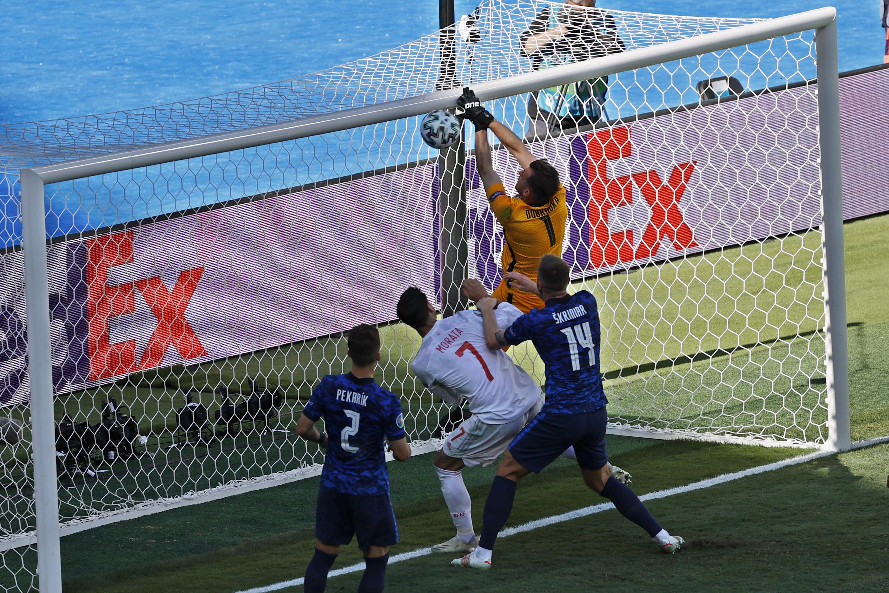 Dubravka mete en su propia meta el primer gol de Espa