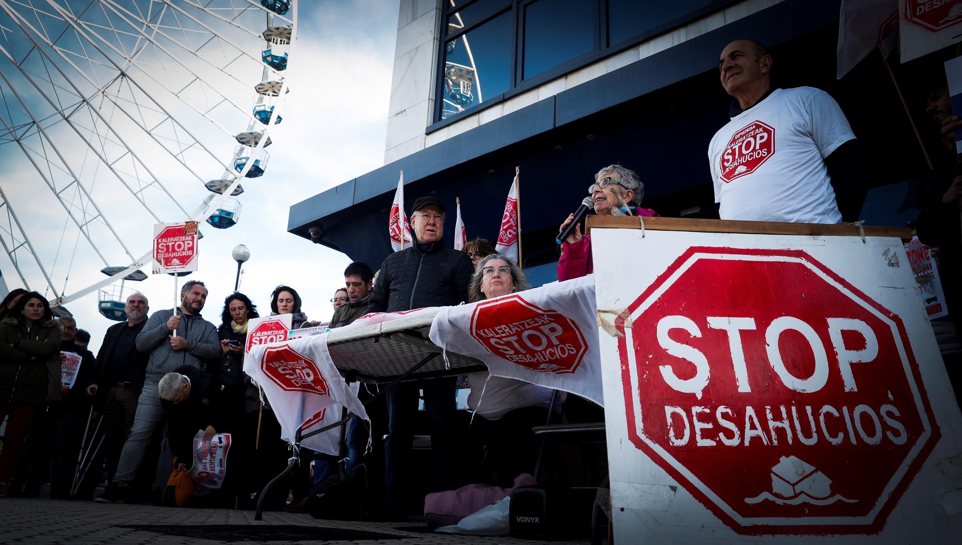 Miembros de la plataforma Stop Desahucios en San Sebastián.