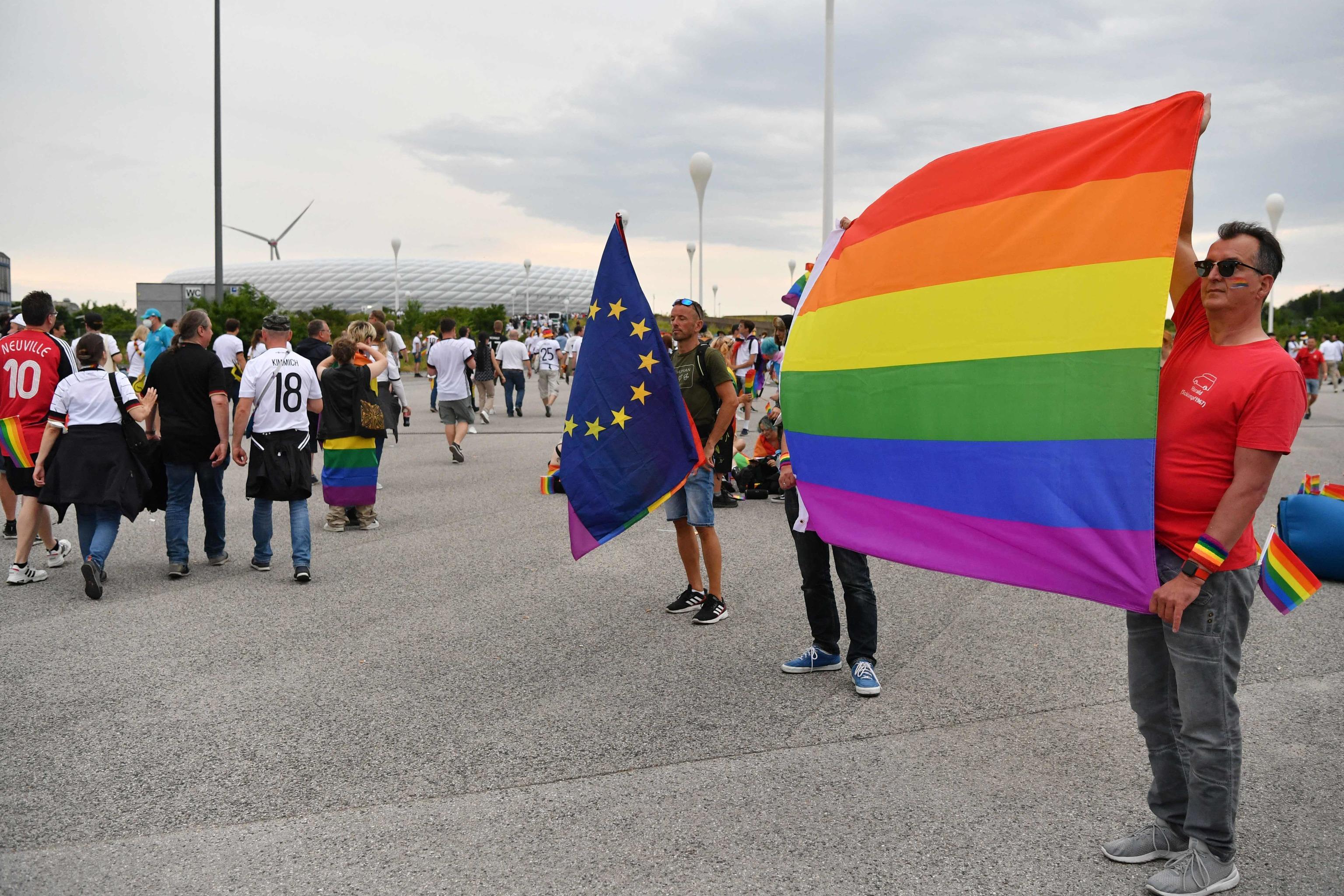Banderas arcoíris en Múnich, en protesta por la ley húngara.
