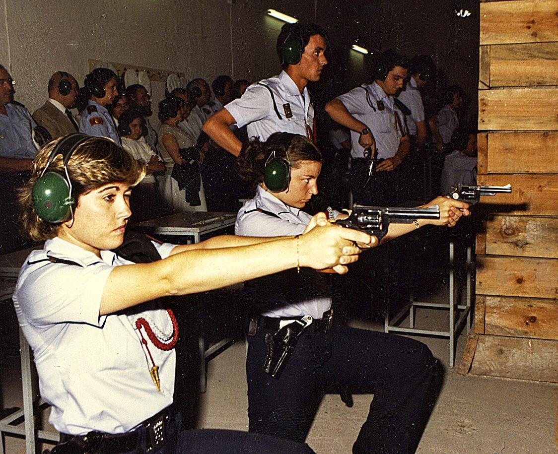 Dos mujeres policía realizan prácticas de tiro en el Cuartel del Conde Duque, en 1987.