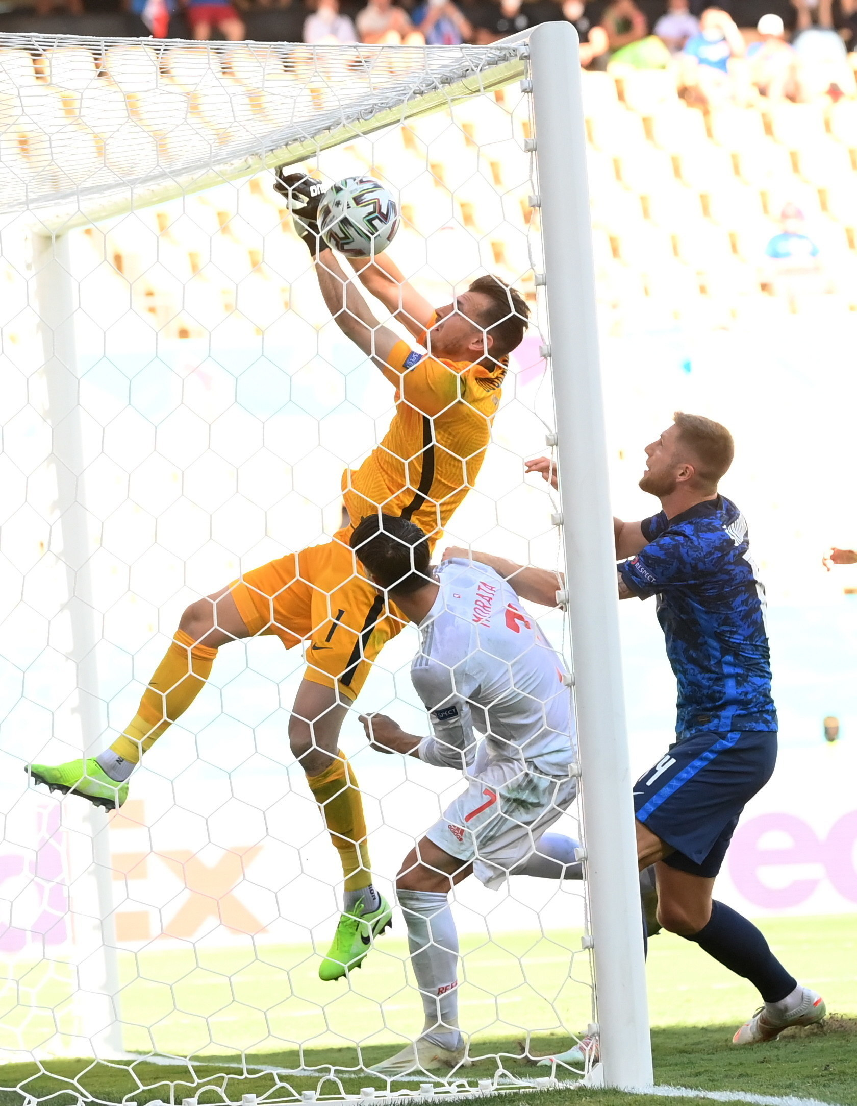 Dubravka anota en propia el primer gol de España.