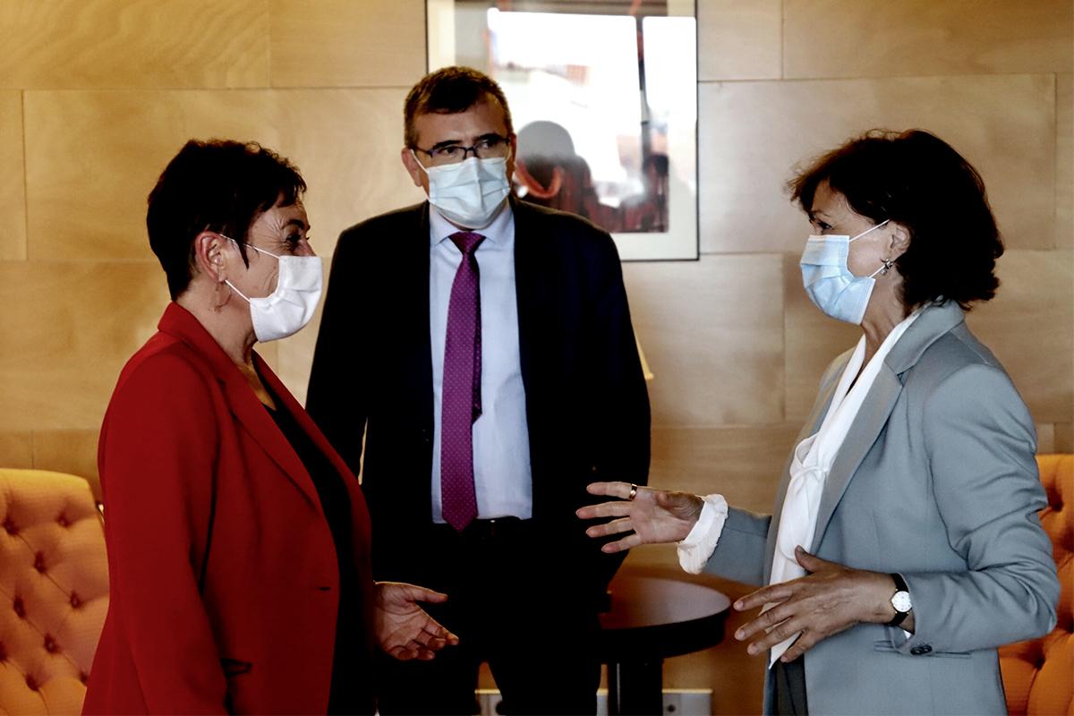 Carmen Calvo, con la portavoz de Bildu en el Congreso, Mertxe Aizpurua, en septiembre de 2020.
