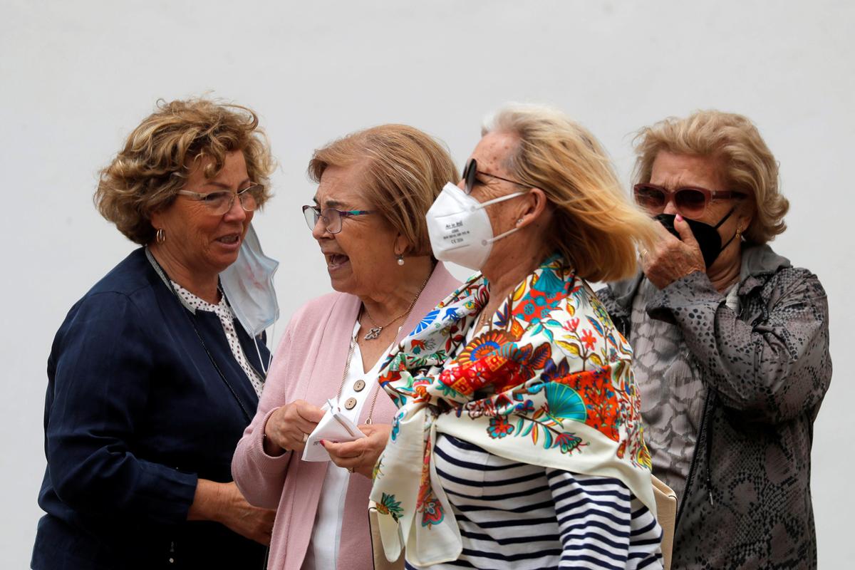 Un grupo de turistas portan mascarillas.