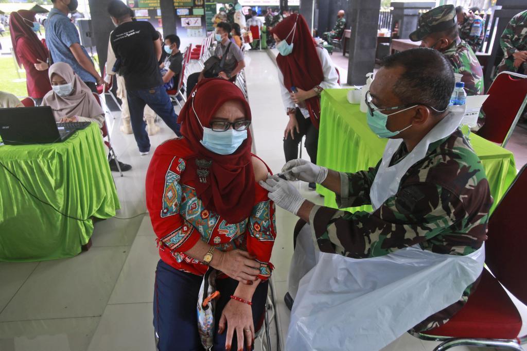 Una mujer recibe una vacuna de Sinovac en Medan, Sumatra del Norte (Indonesia).