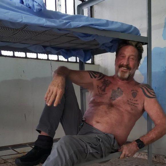 John McAfee en una cárcel de Republica Dominicana en una foto hecha con un móvil de contrabando.