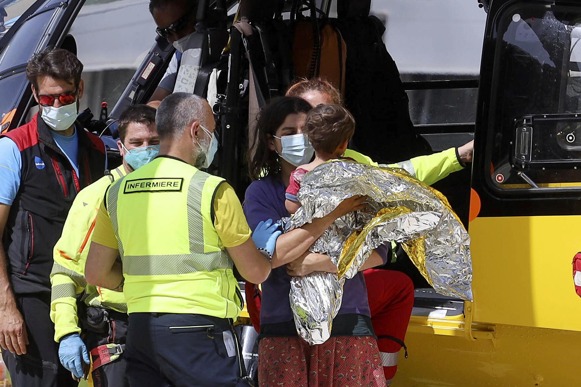 El pequeño Nicola es trasladado al hospital tras su rescate.