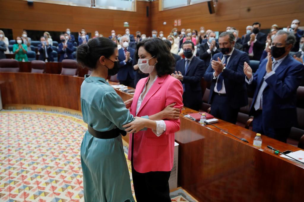 Rocío Monasterio felicita a Isabel Ayuso tras su investidura.