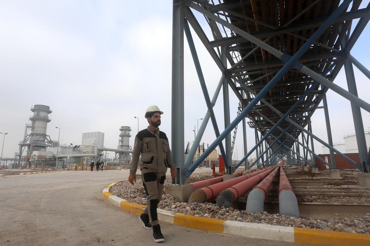 Un trabajador, en una central eléctrica en Basora.