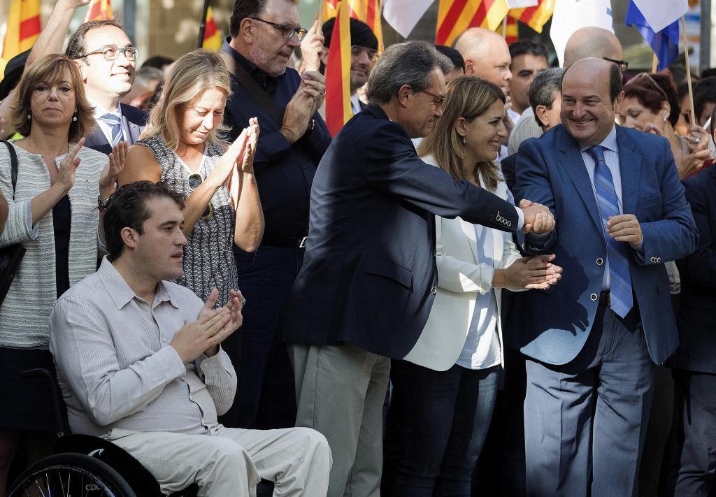 El presidente del PNV Andoni Ortuzar saluda a Artur Mas durante la celebración de una Diada en Barcelona.