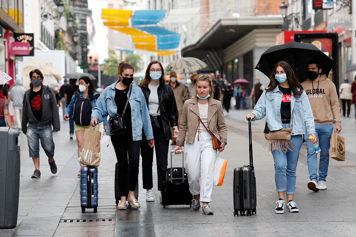 Personas con mascarilla en el centro de Madrid.