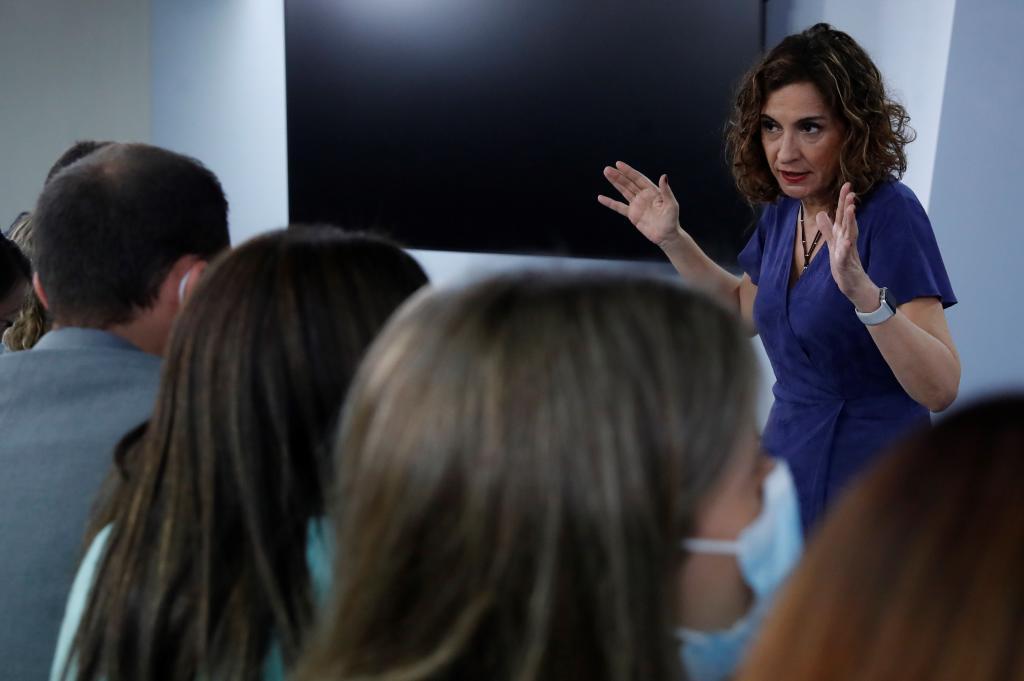 María Jesús Montero habla con los periodistas al término de la rueda de prensa tras el Consejo de Ministros.