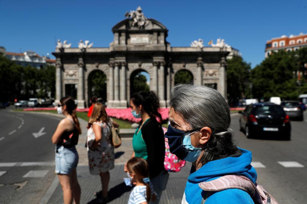 Peatones con mascarilla en Madrid