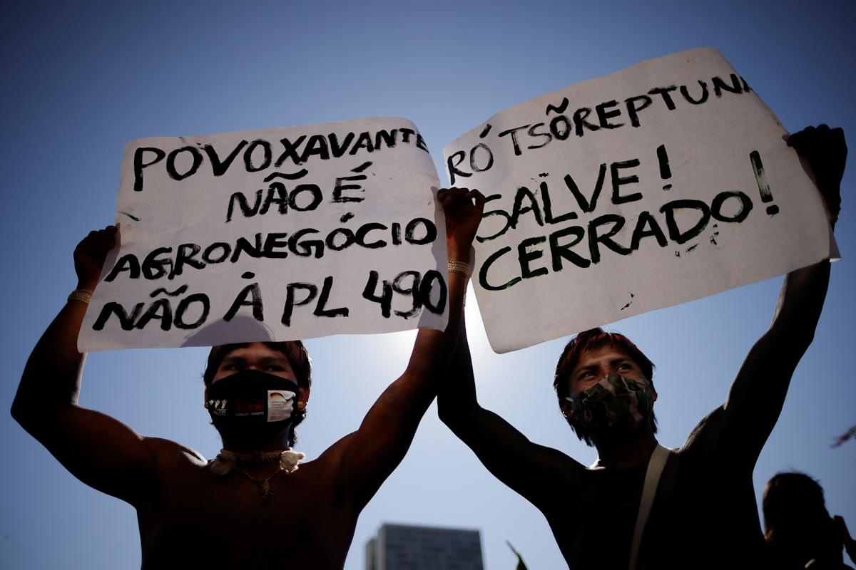 Indígenas brasileños protestan contra Bolsonaro.