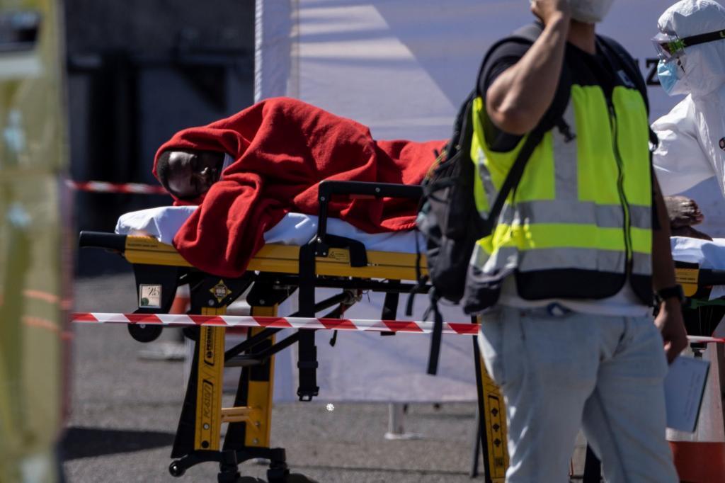 Rescatada una embarcación con 23 inmigrantes, uno de ellos muerto, que se dirigía a Canarias
