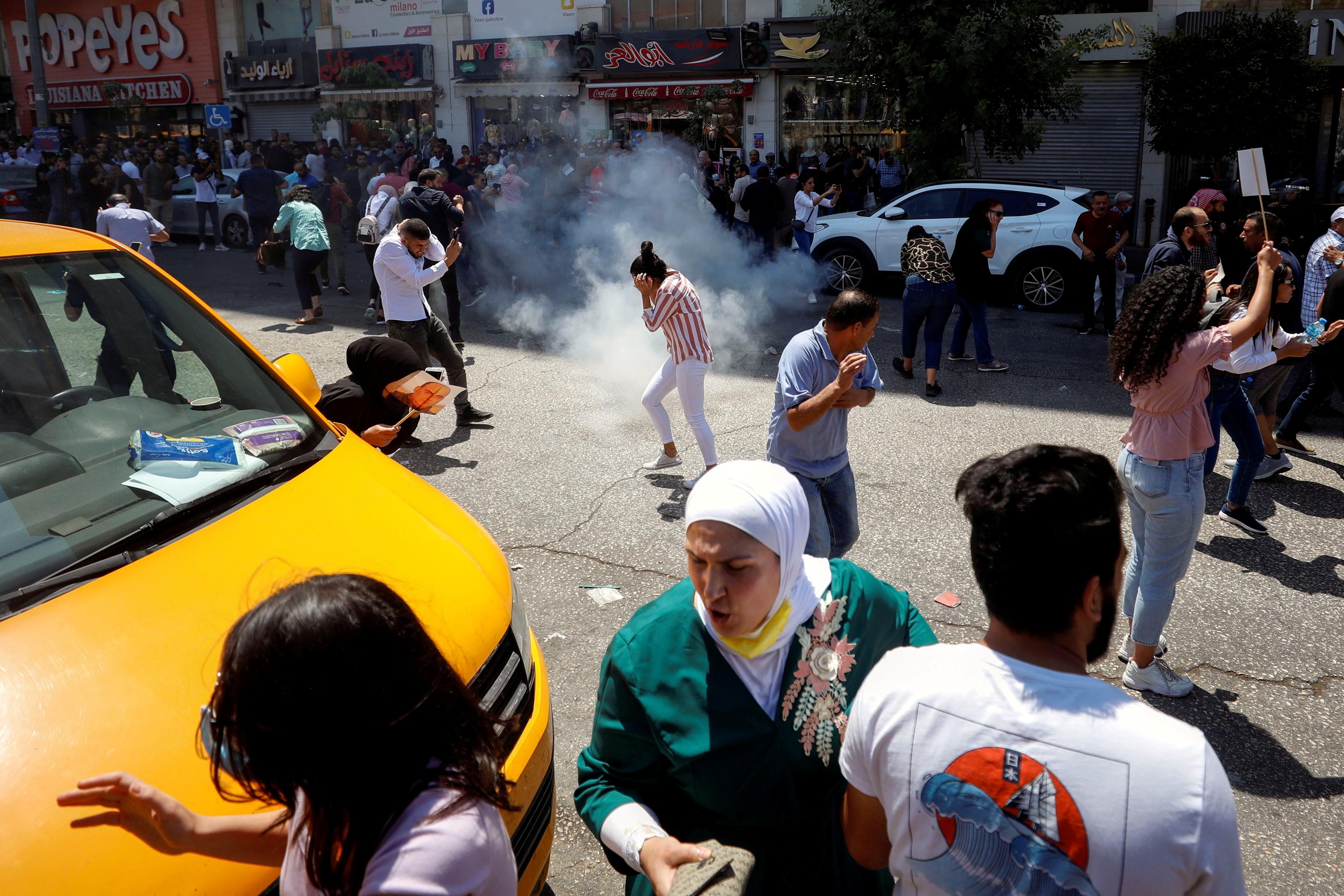 معترضین با گاز اشک آور پراکنده شدند