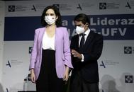 Isabel Díaz Ayuso y José María Aznar, antes de la clausura del Aula de Liderazgo de la Universidad Francisco de Vitoria de Madrid.