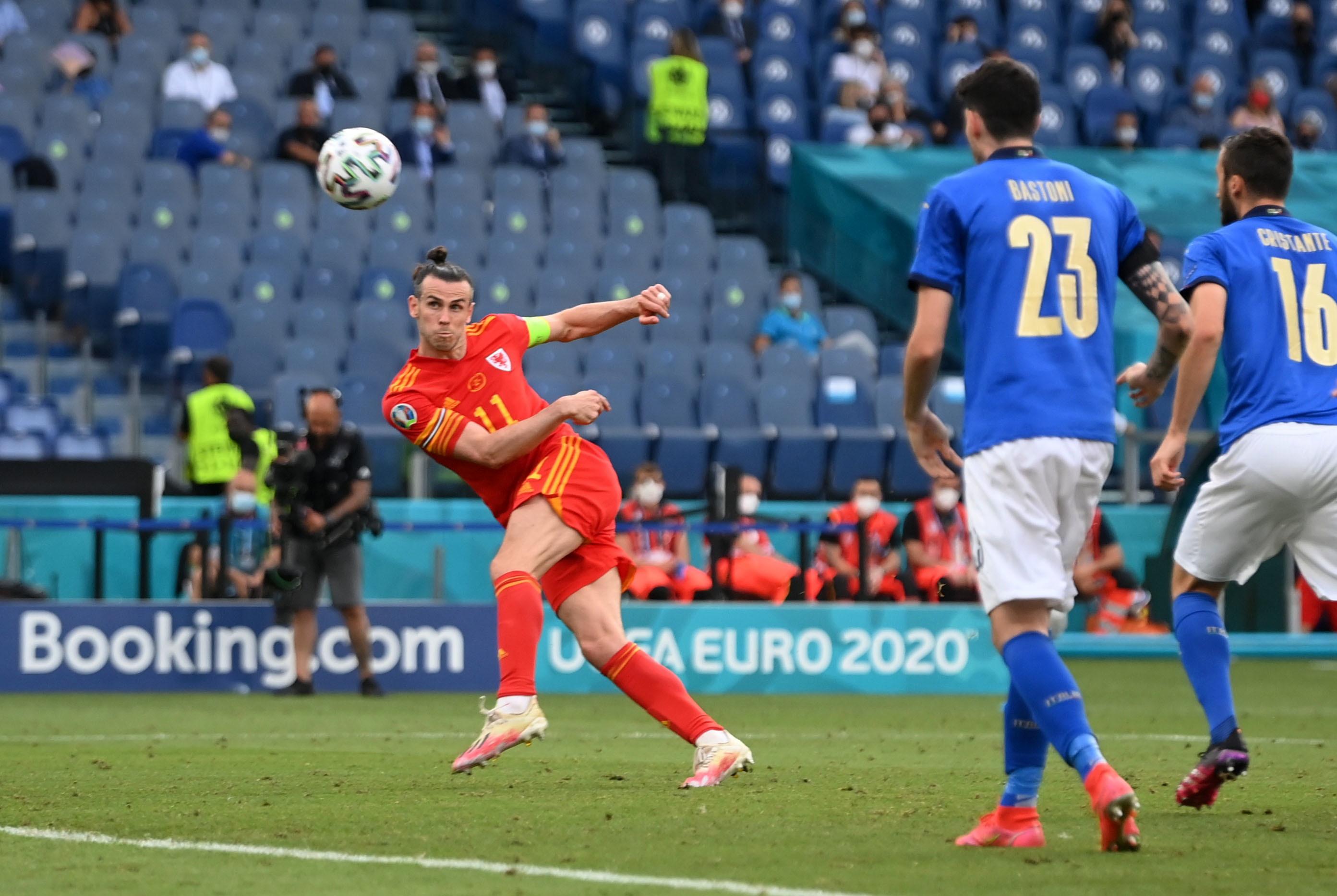 Remate de Bale, durante el partido ante Italia.