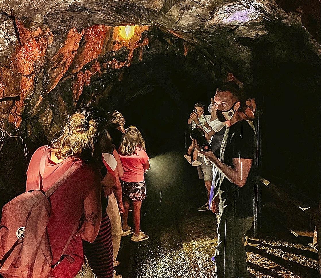 Juanjo Villanueva enseña la mina a los visitantes.