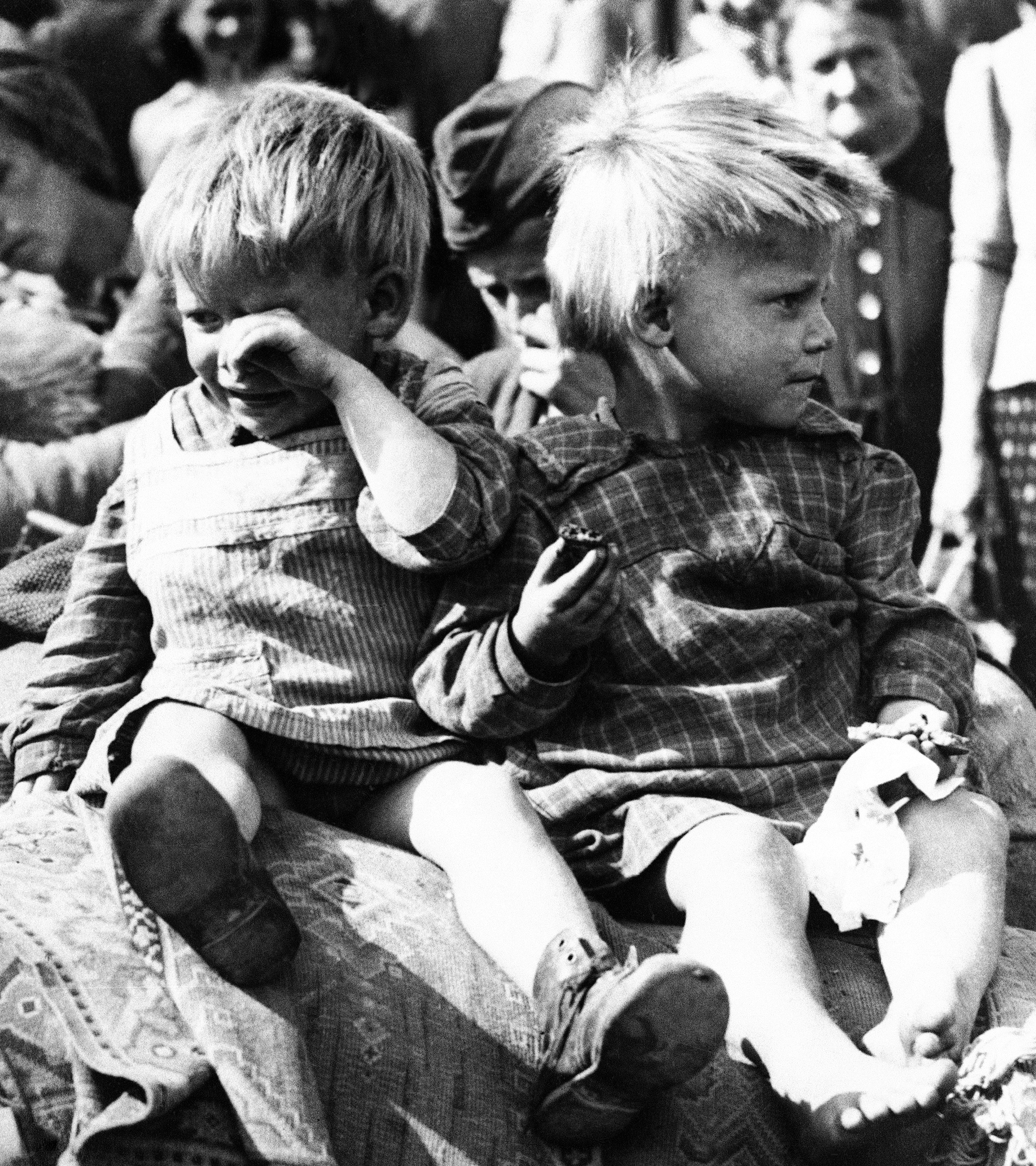 Un niño alemán llora durante el traslado a un orfanato de Berlín en 1945