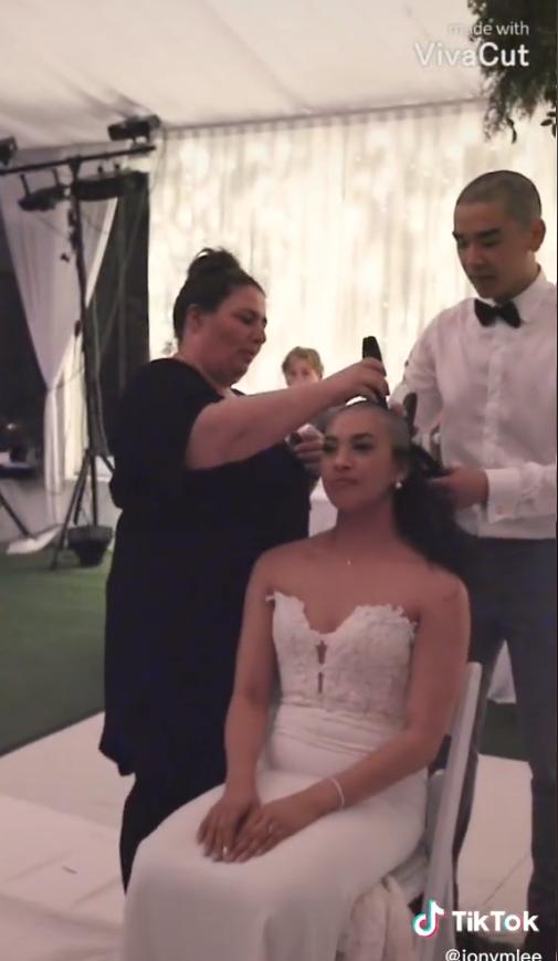 La novia rapándose el pelo en solidaridad con su madre