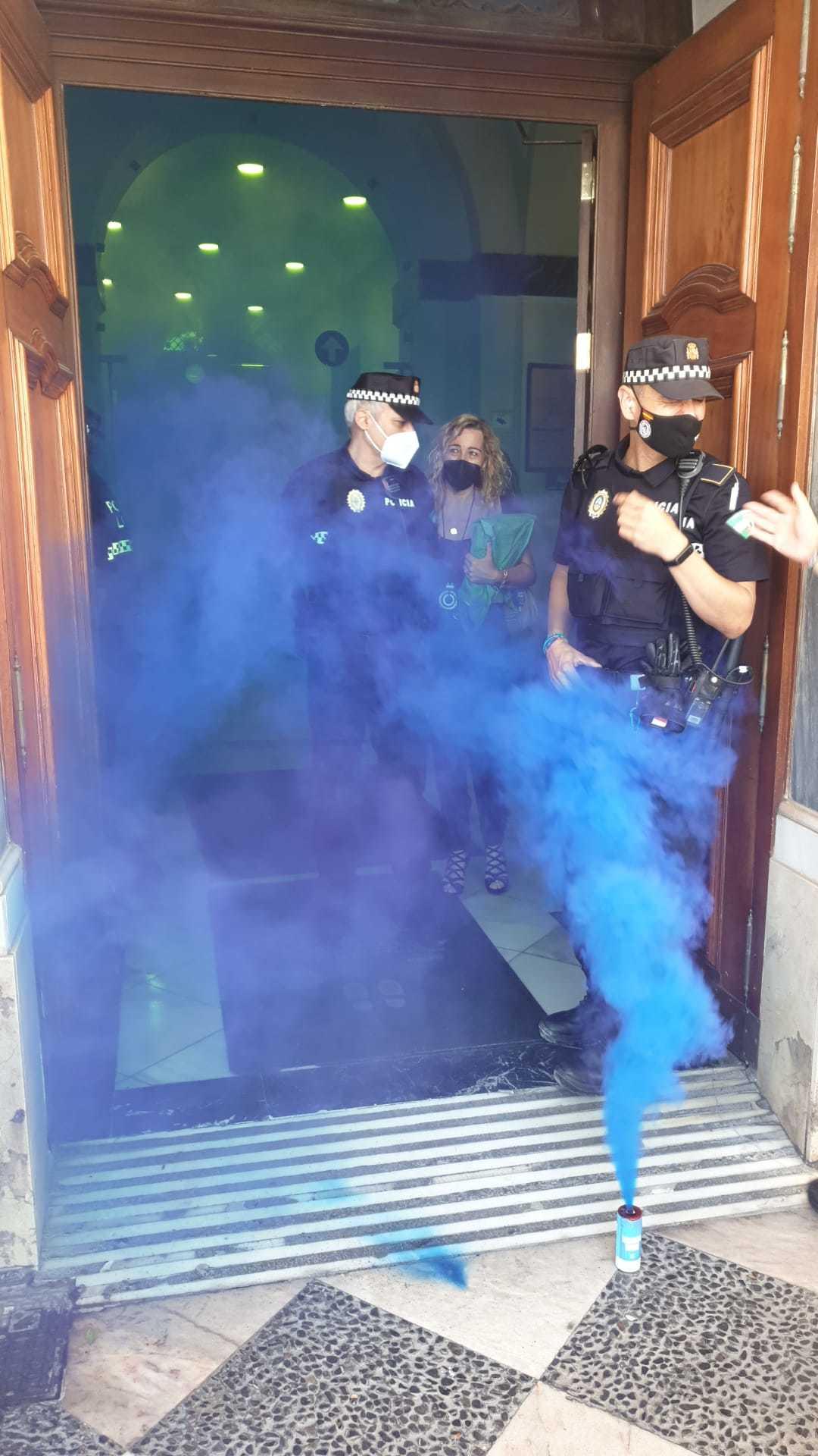 Un bote de humo a las puertas del Ayuntamiento de Cádiz durante la protesta de la Policía Local este viernes.