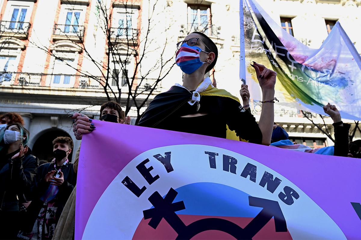 Manifestantes ante el Ministerio de Igualdad el pasado febrero para reclamar la Ley Trans.
