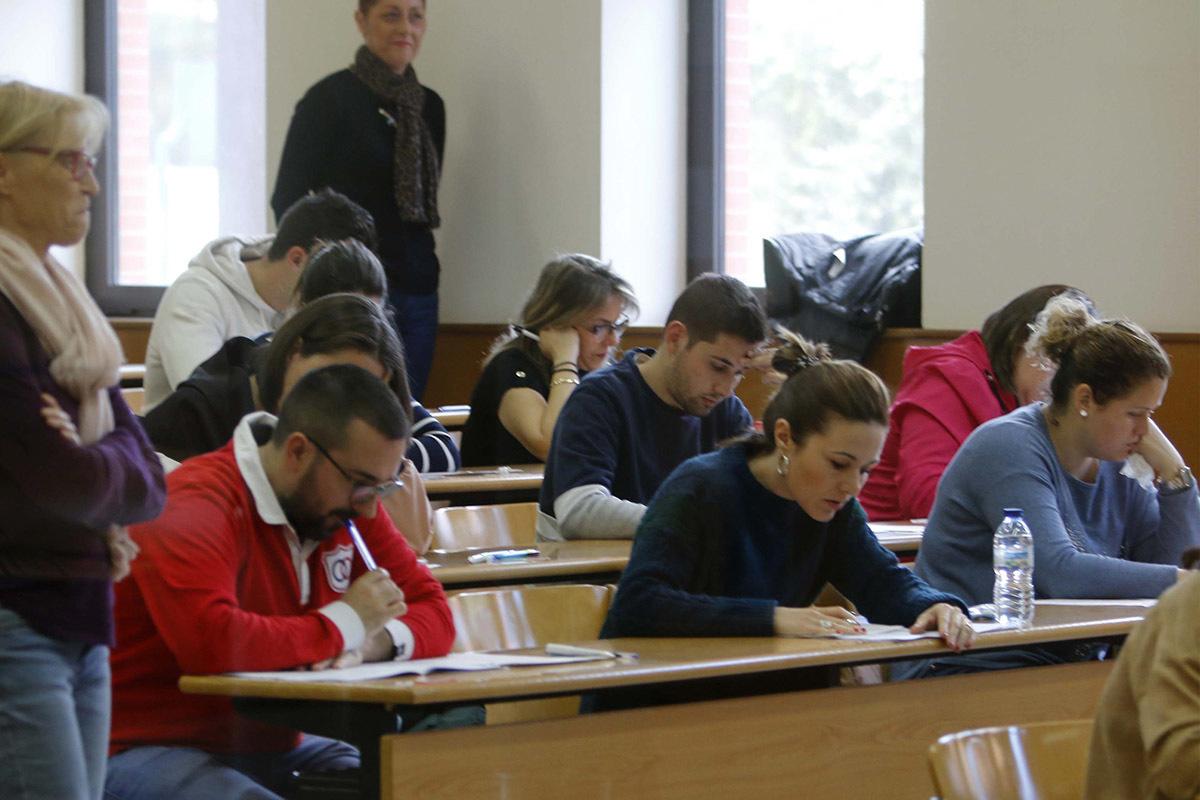 Aspirantes a un concurso oposición, realizando un examen en Castellón.