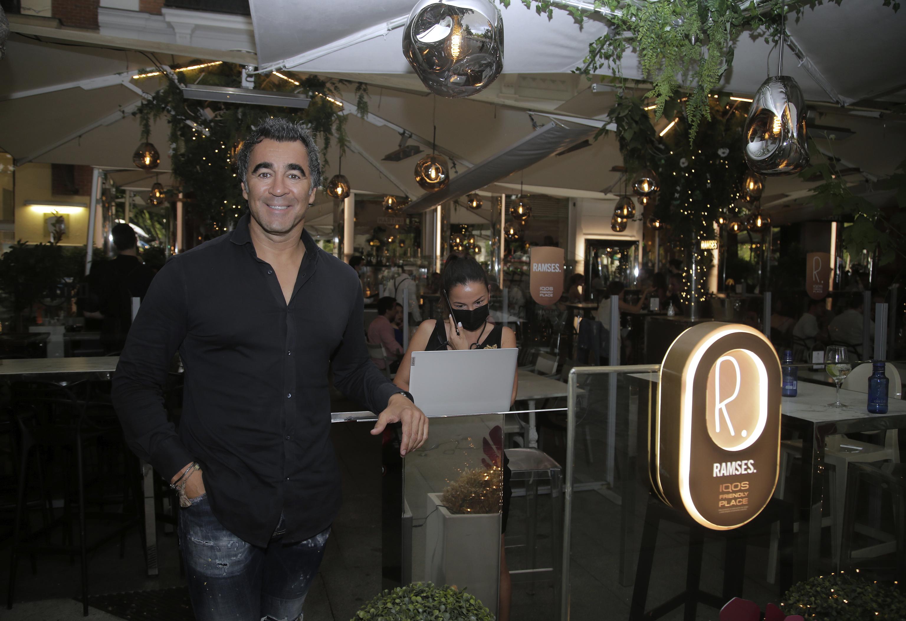 Jorge Ramsés posa delante de su restaurante.