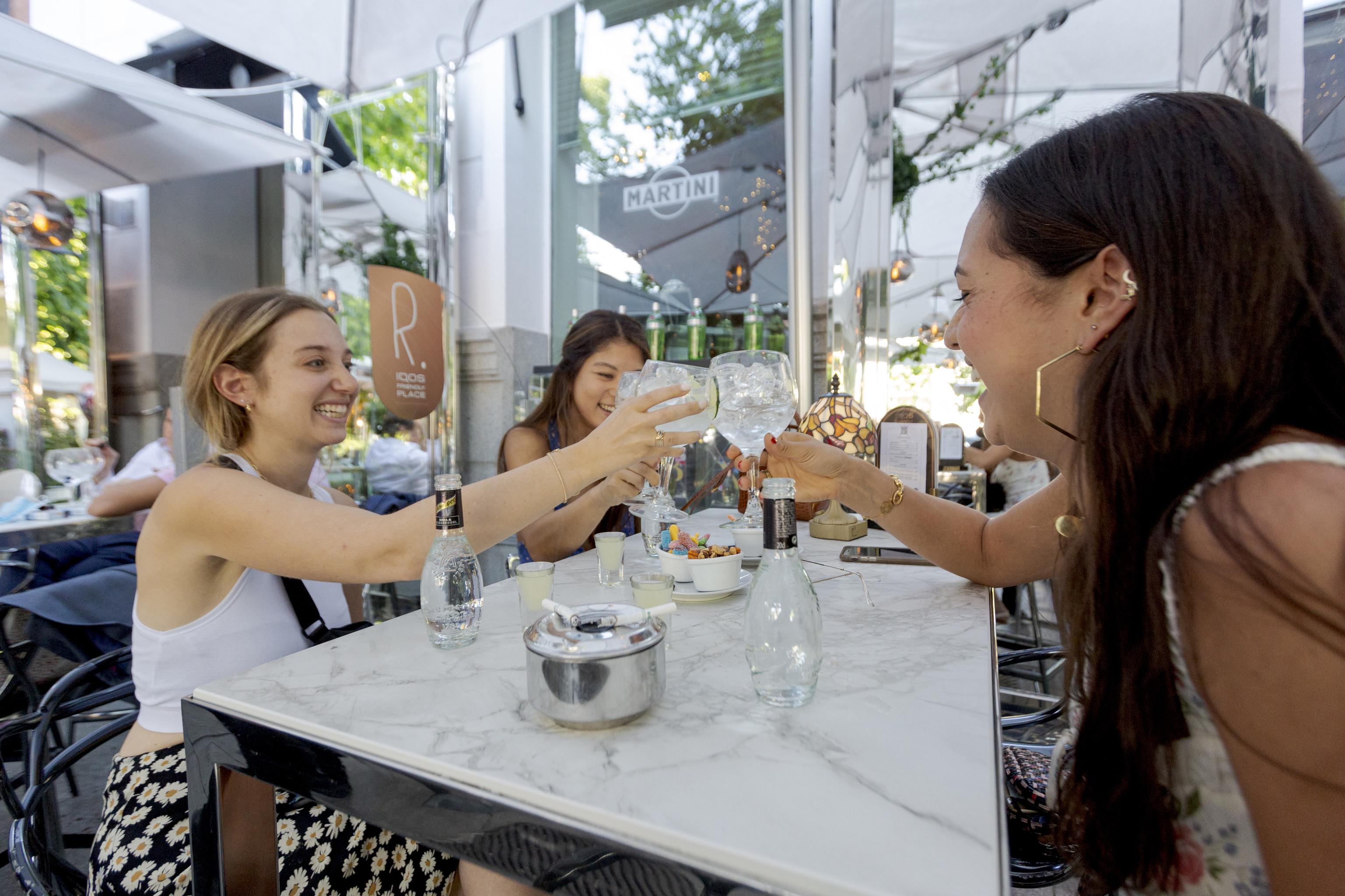 Unas chicas brindan con gin tonics, en Alcalá.