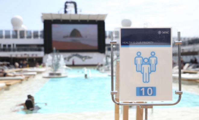 Cartel de reducción de aforo en las piscinas.