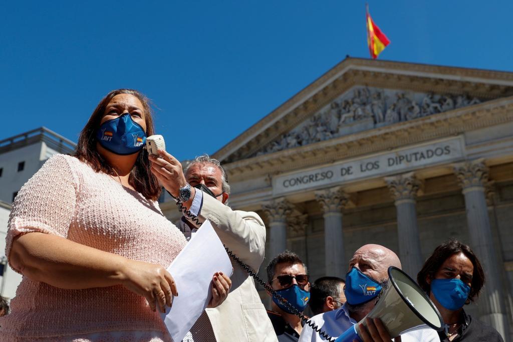 La presidenta de la AVT, Maite Araluce, se dirige a los asistentes durante la concentración convocada frente al Congreso.
