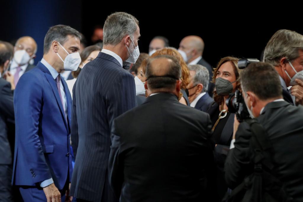 Felipe VI saluda a la alcaldesa Ada Colau en presencia de Pedro Sánchez, hoy, en Barcelona.