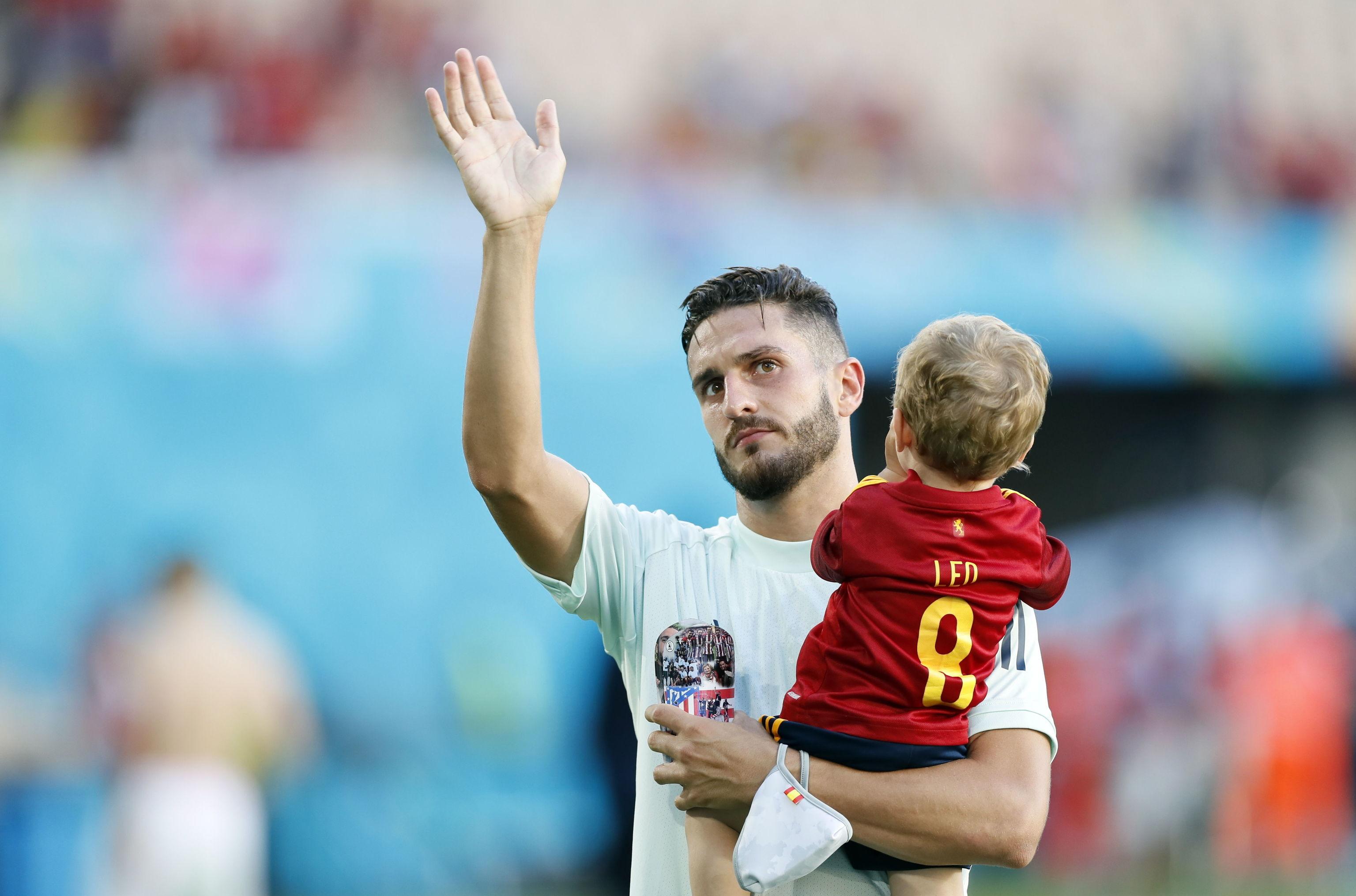 Koke, con su hijo Leo en brazos.