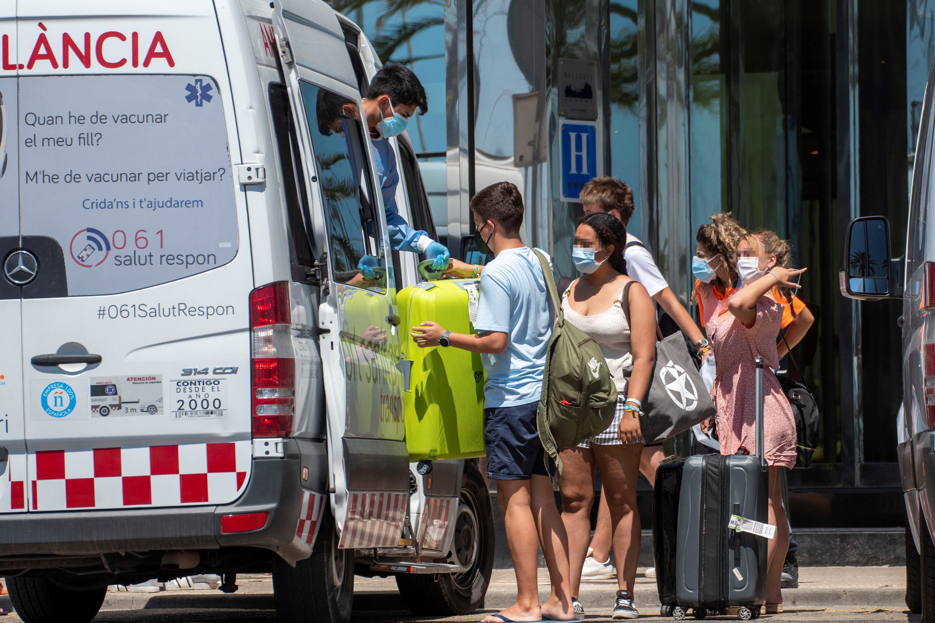 Traslado de estudiantes confinados al Hotel Palma Bellver.
