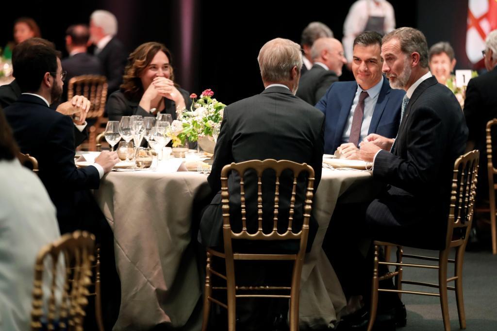 Felipe VI, junto a  Pedro Sánchez y  Pere Aragonés, anoche  durante la cena inaugural del Mobile World Congress en Barcelona.