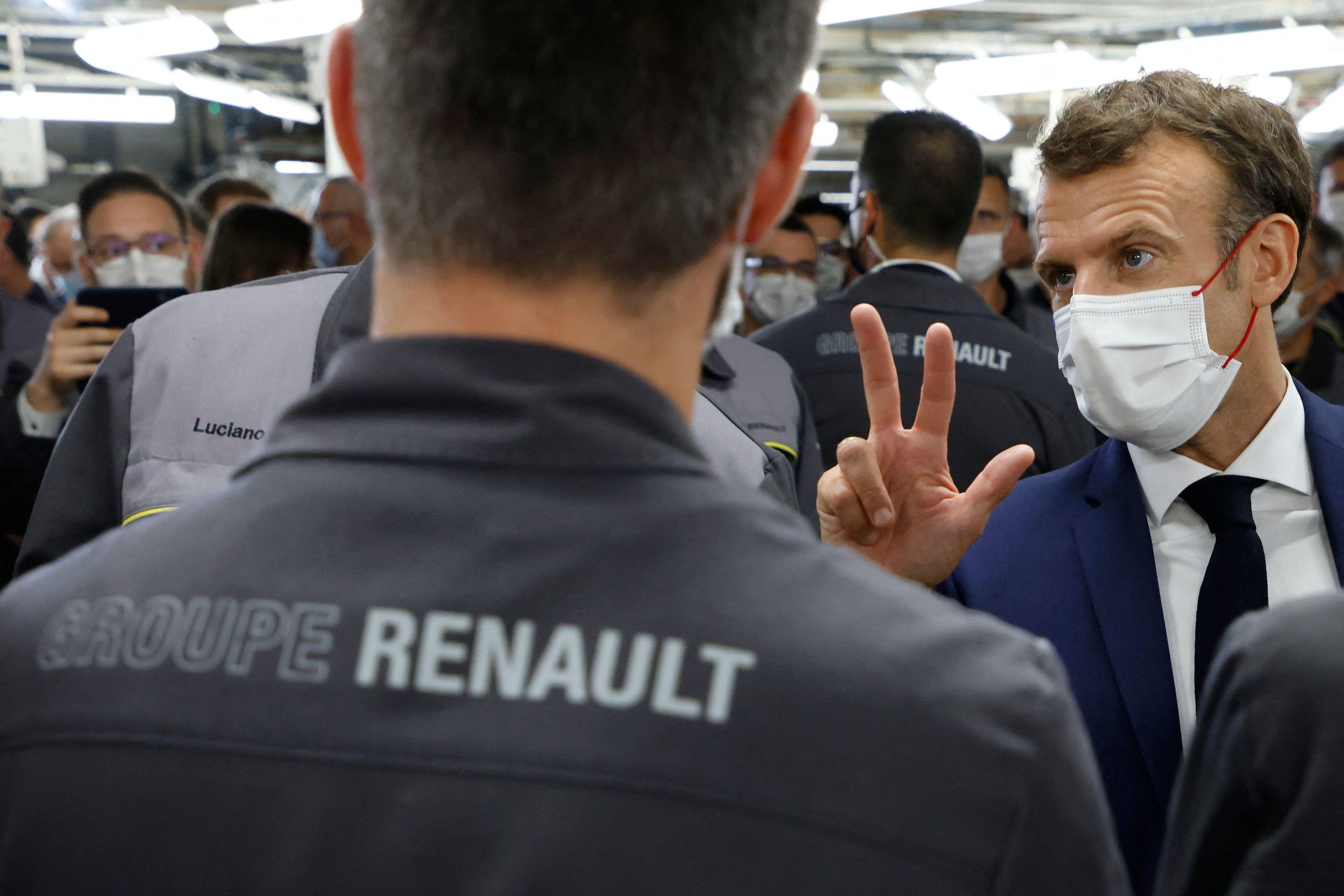 El presidente Emmanuel Macron, en una visita a una fábrica de Renault.