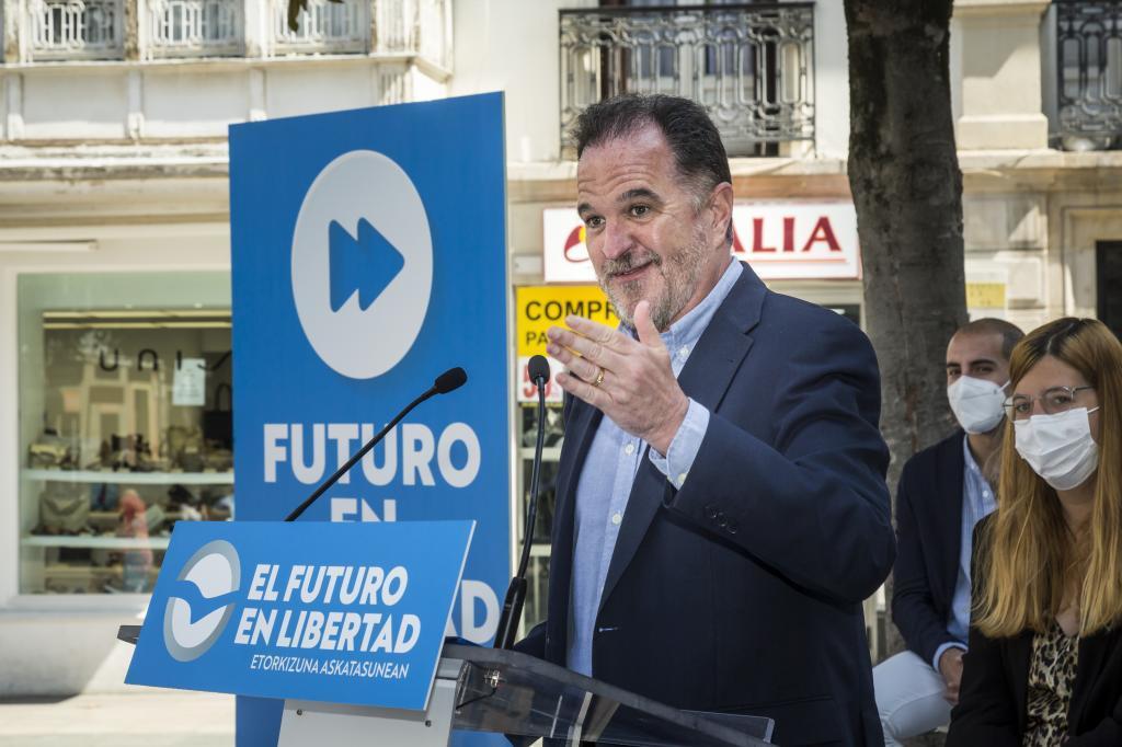 El presidente del PP vasco Carlos Iturgaiz durante un acto con jóvenes celebrado en Vitoria.
