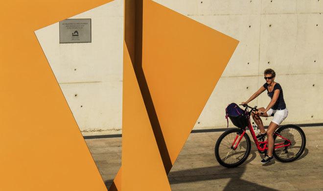 Mujer montando en bici en el patio de Es Baluard.