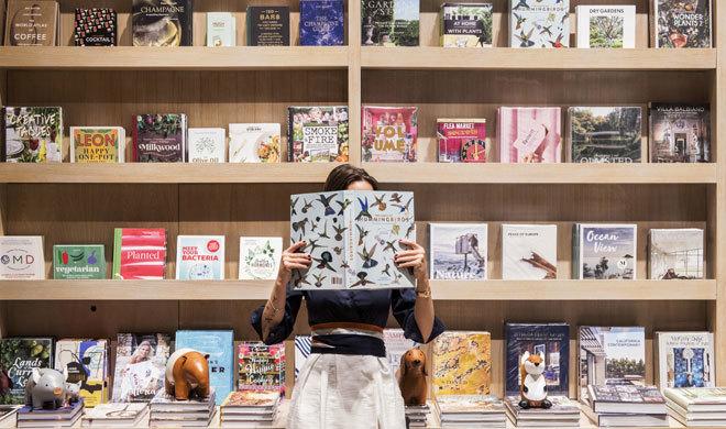 Sección de papelería, revistas y guías de Rialto Living.