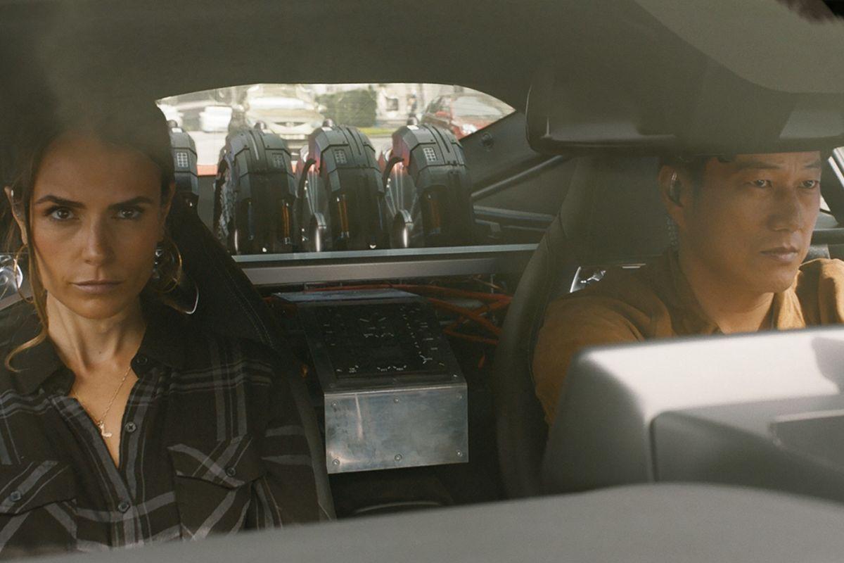 Mia (Jordana Webster) y Han (Sung Kang) al volante.