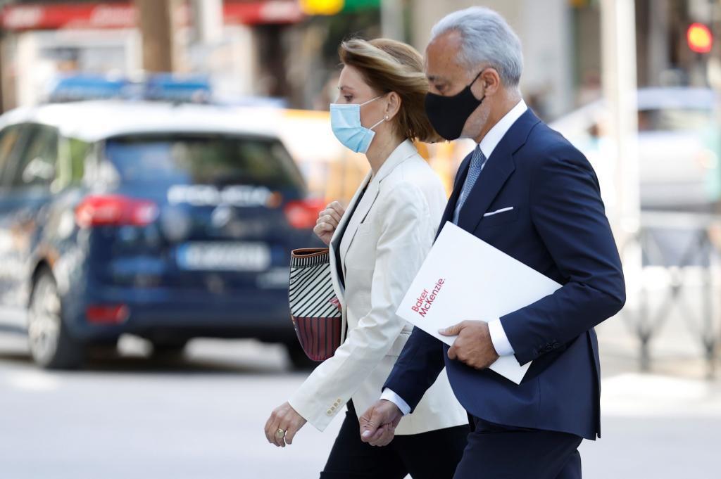 María Dolores de Cospedal y su abogado, a su llegada a la Audiencia Nacional.