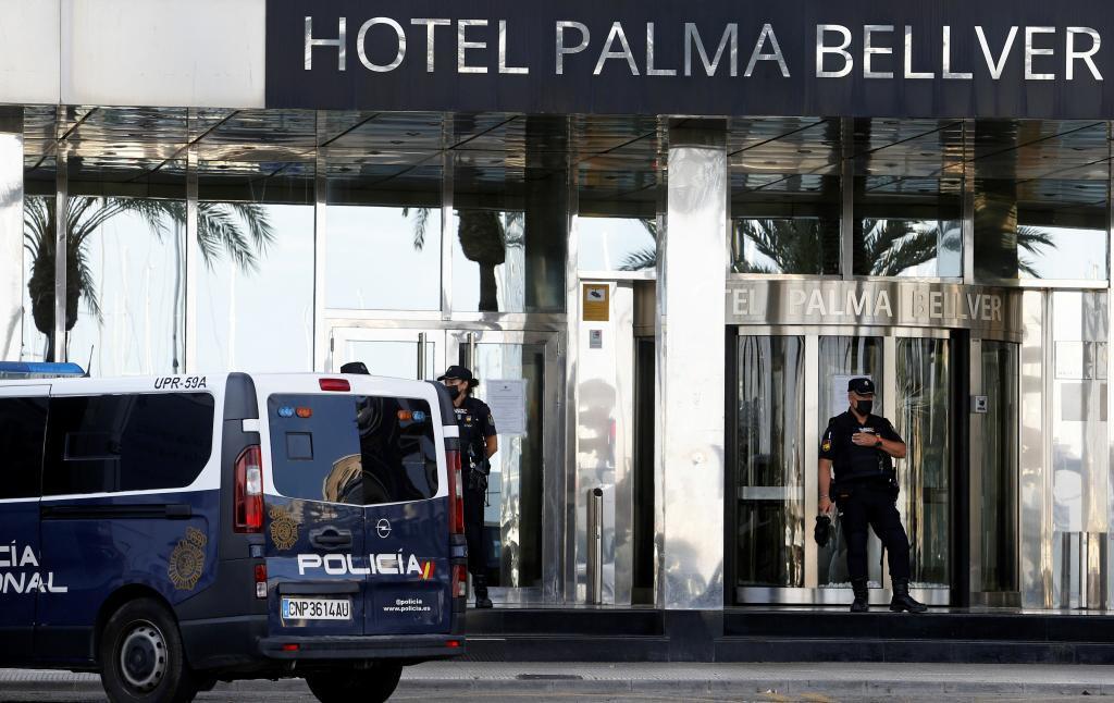 Agentes de Policía en la puerta del hotel