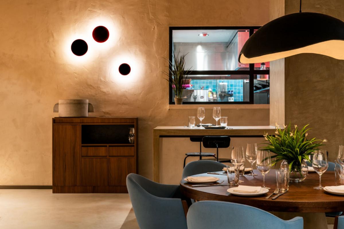 La cocina vista del espacio, con el chef Manuel Berganza a los fogones.